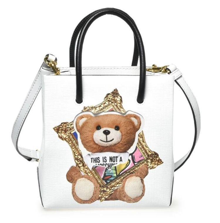 連標誌性的Teddy Bear身上也套著畫框,