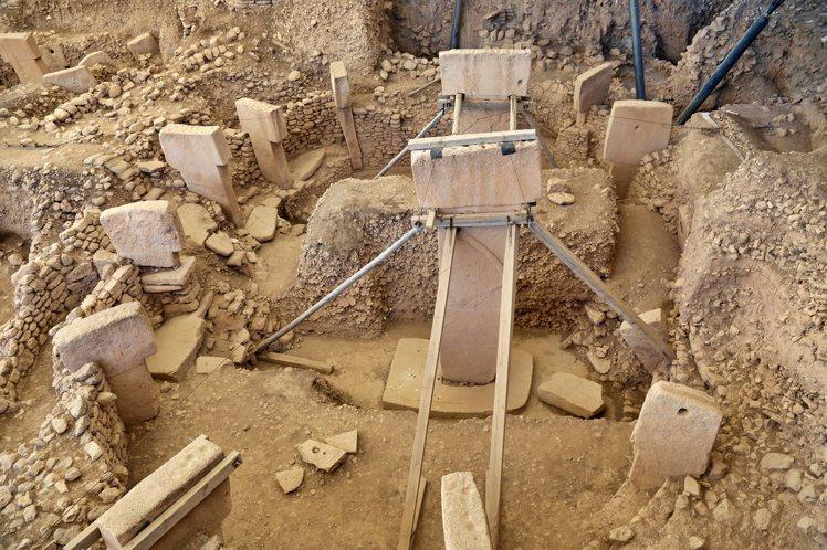T型巨石陣的石頭是來自2公里外、重達2公噸的石頭,令人費解如何運送至此。記者魏妤...