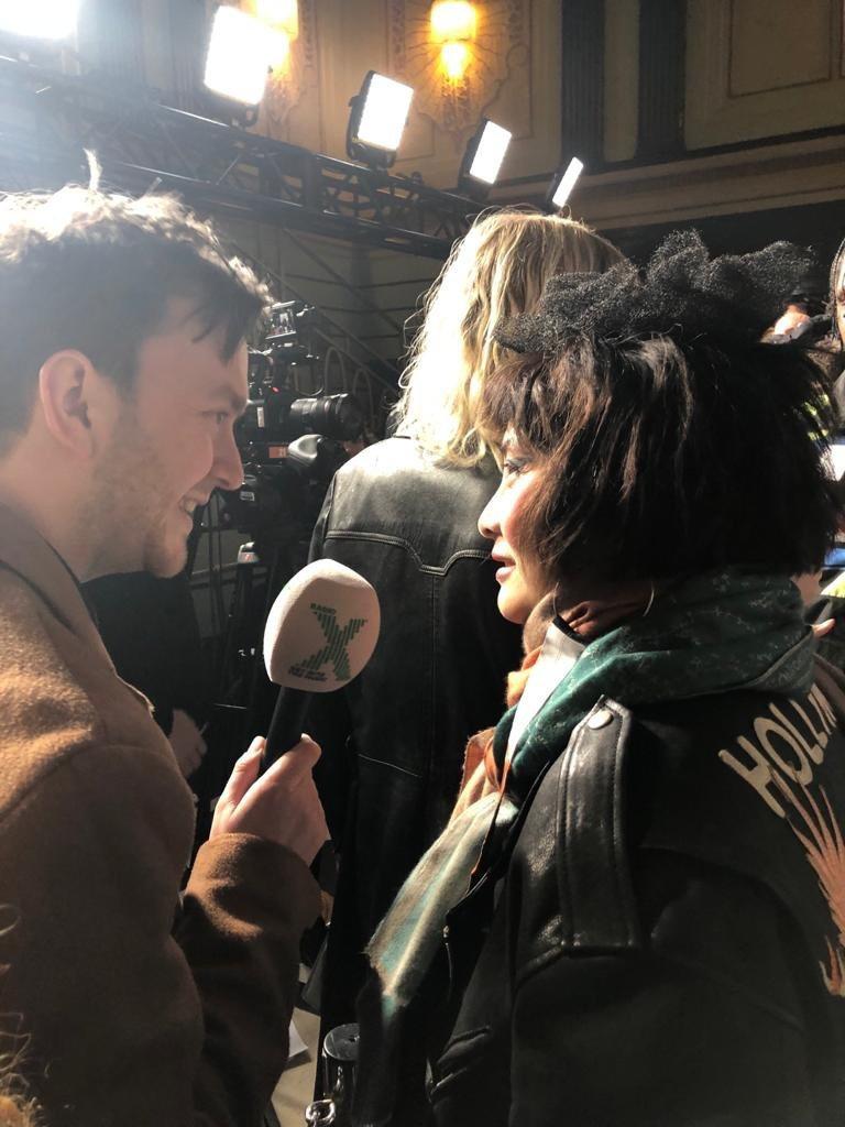 何超儀(右)接受英國媒體訪問。圖/Drill Team 162提供
