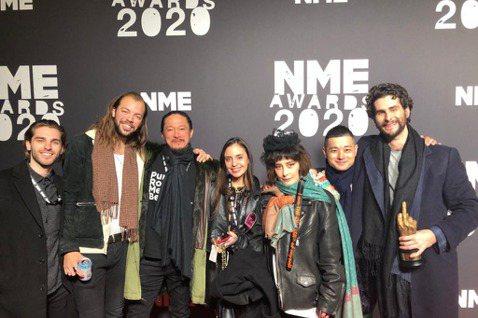 「搖滾女王」何超(何超儀)日前赴英國,與夫婿陳子聰一起出席「2020年NME頒獎典禮」,何超以搖滾音樂人代表現身,陳子聰則是HIP POP音樂人身份出席,夫妻倆更是亞洲華語音樂人代表。而這場由英國權...