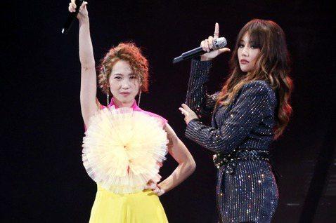 歌手A-Lin旅。課巡迴演唱會於小巨蛋開唱,連三天開唱在今天完美降落,壓軸第三天A-Lin也與歌手LuLu同台飆歌,讓歌迷大滿足。