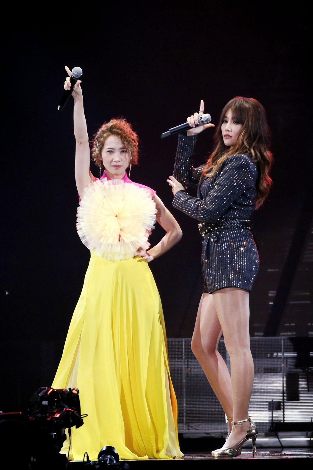 歌手A-Lin(右)旅。課巡迴演唱會於小巨蛋開唱,歌手LuLu(左)也登台一同演