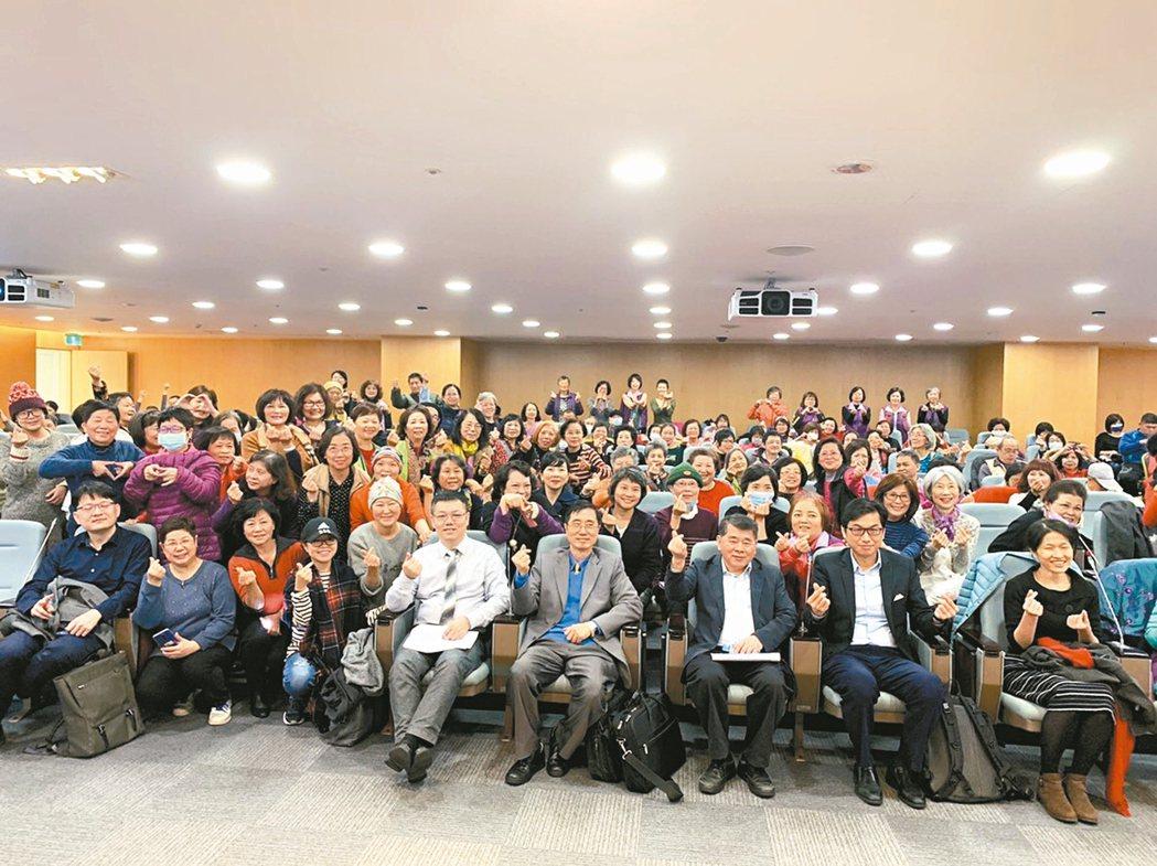 乳癌是台灣女性癌症發生率第一名,透過病友會,醫師與病友共同討論治療新知。 圖/長...