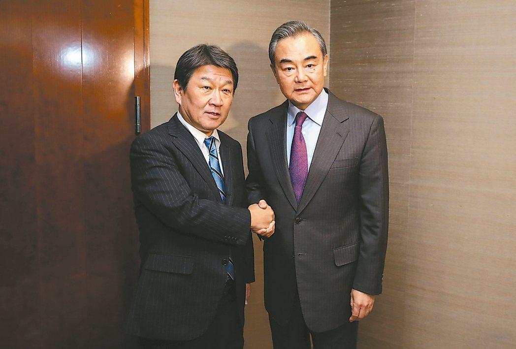 日本外務大臣茂木敏充(左)十五日與大陸國務委員兼外交部長王毅會談。 新華社