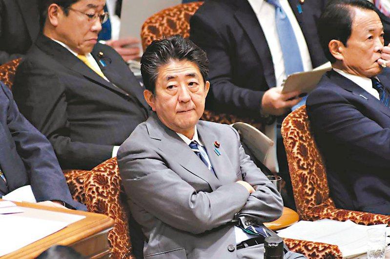 日本共同社十五、十六日實施的全國民調顯示,日本首相安倍晉三內閣的支持率為四成一。 (法新社)