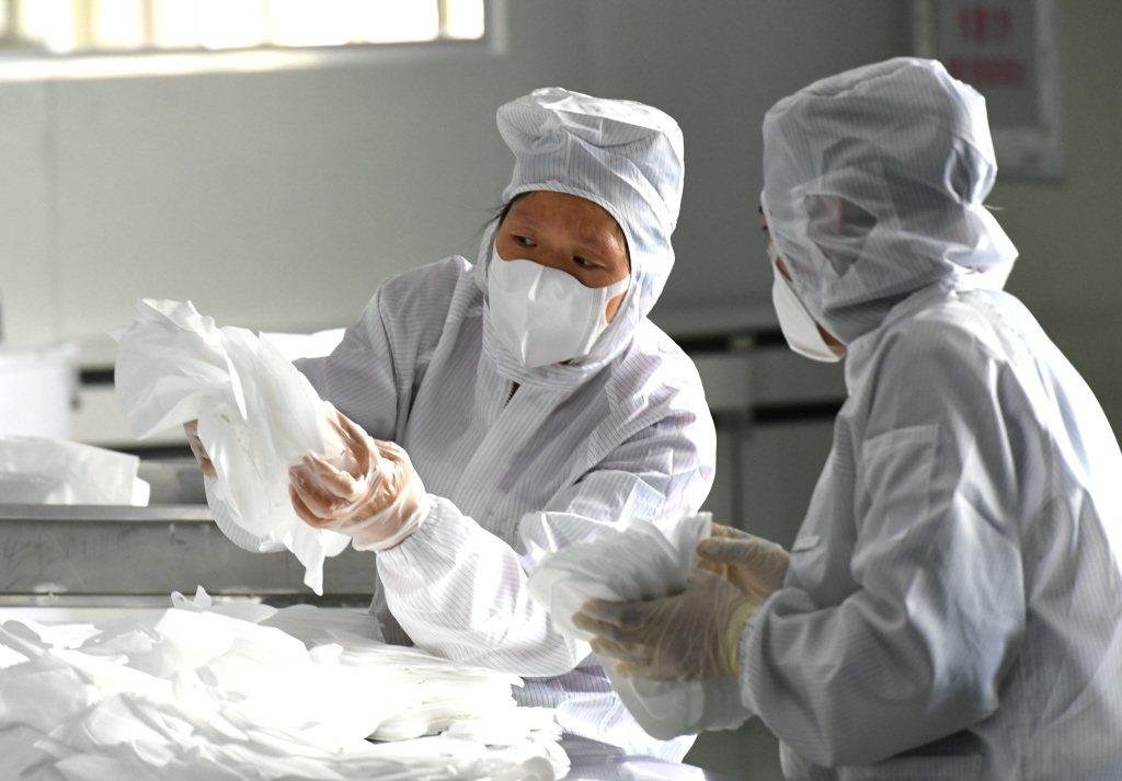 中國大陸福州首條民用口罩生產線「雷神一號」15日正式投產,每分鐘可生產口罩650...