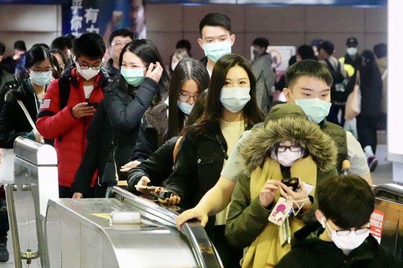 疫情指揮中心即起啟動加強社區監測方案,擴大採檢。圖為昨天民眾配戴口罩進出車站。記者林伯東/攝影