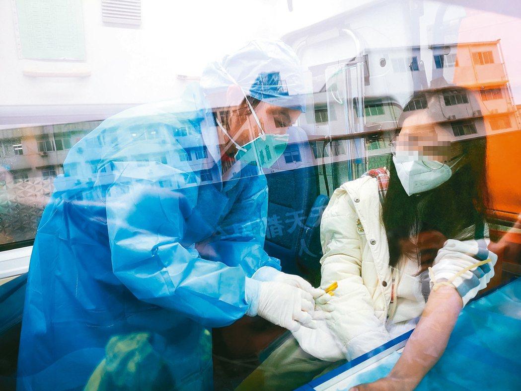 康復捐血廣東一名新冠肺炎康復出院女患者(右)回到醫院捐血。根據大陸「新型冠狀...
