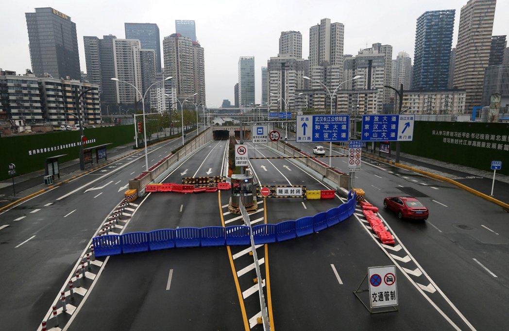 為防堵疫情擴散,湖北省武漢市在1月23日宣布封城。圖為武漢長江隧道道路全遭封鎖畫...