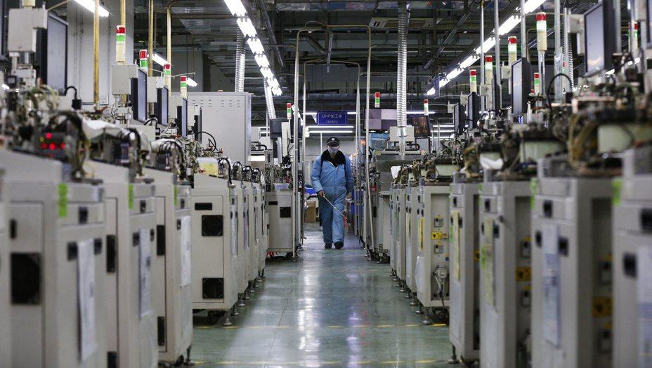 中國大陸復工情形不如預期;圖為江蘇省泗洪縣一家工廠。 (歐新社)