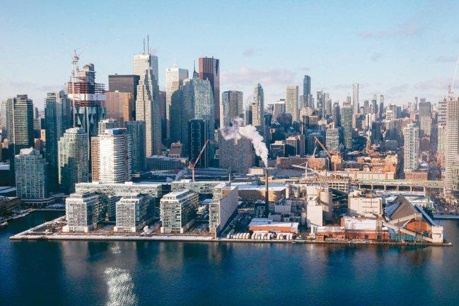 因應房價高漲,建商轉往周邊區域推動新開發計畫,以大眾運輸連結市中心,標榜可步行社...