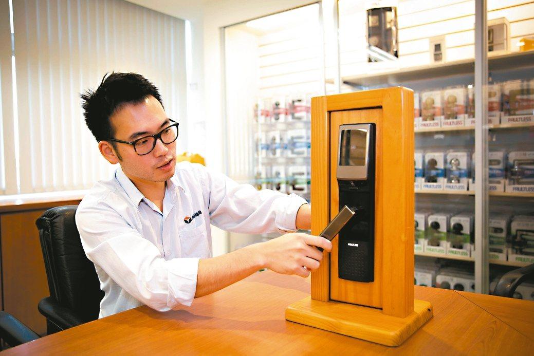 台灣福興行銷中心副理林子揚展示該公司自行研製的TPN電子鎖。 莊智強/攝影