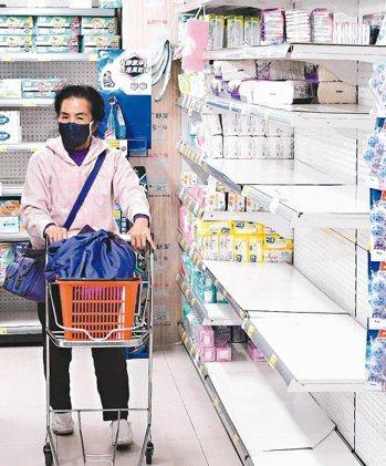 繼口罩缺貨後,包括泡麵、紙尿褲等民生用品也出現搶購潮,各賣場傳出缺貨情事。 本報系資料庫