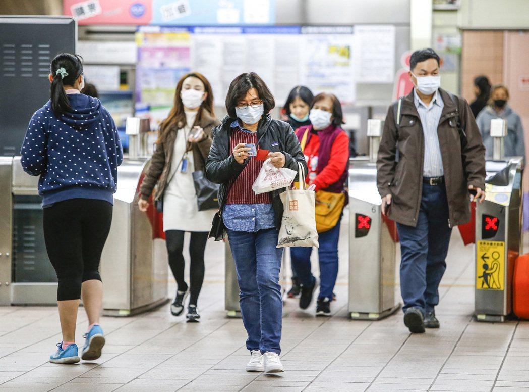 圖為捷運站內民眾紛紛戴起口罩自我防護。 記者陳柏亨/攝影