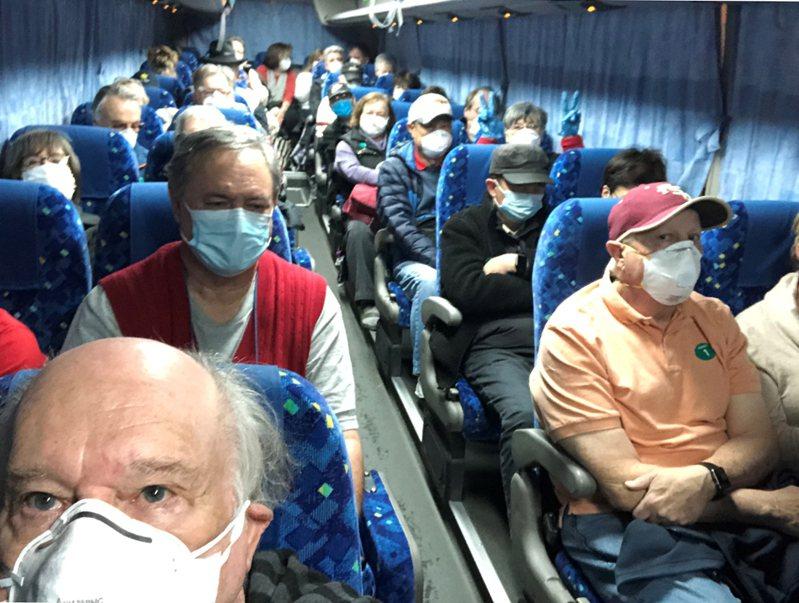 鑽石公主號上同意撤回美國的美國乘客17日搭巴士前往羽田機場。 路透