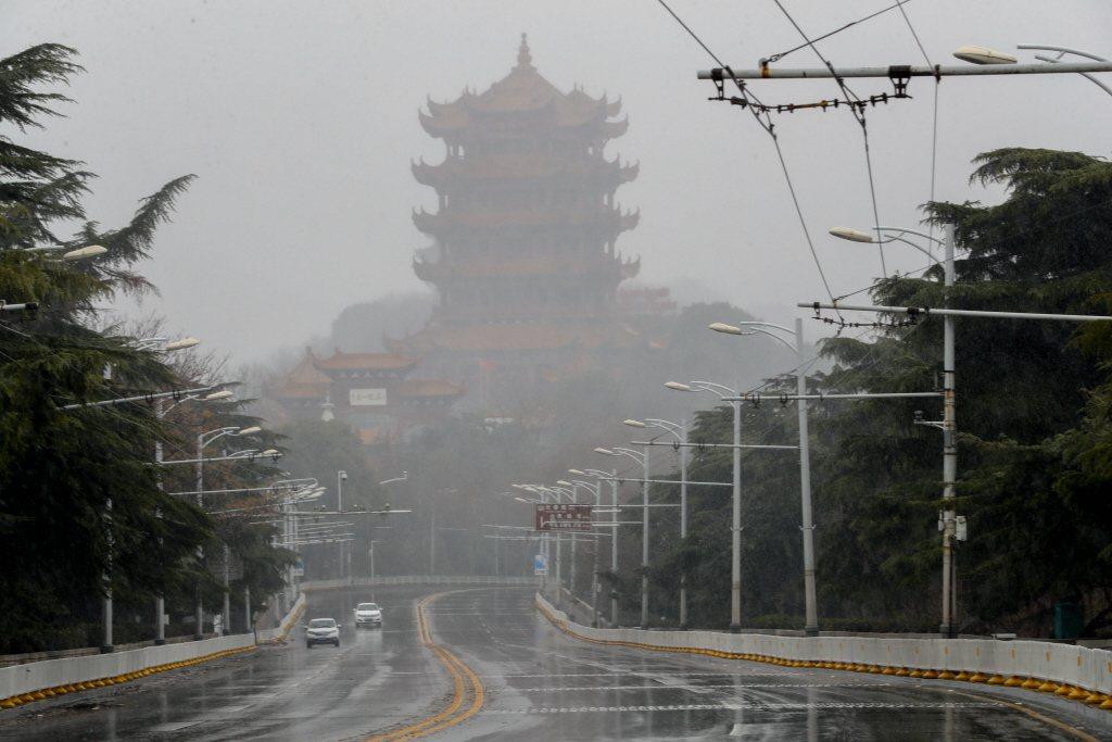2月15日,風雪中的武漢黃鶴樓與空曠的街道。當日,湖北武漢迎來降雪。中新社