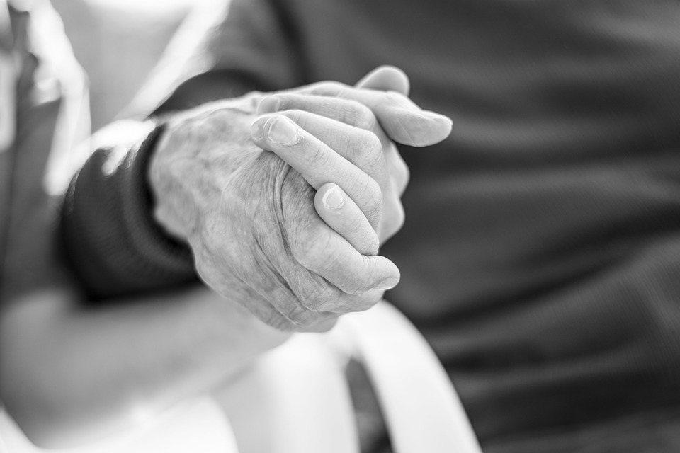 一般人以為配偶意外過世帶來的打擊比因慢性疾病過世還大,許多悲傷輔導學家提醒,長期...