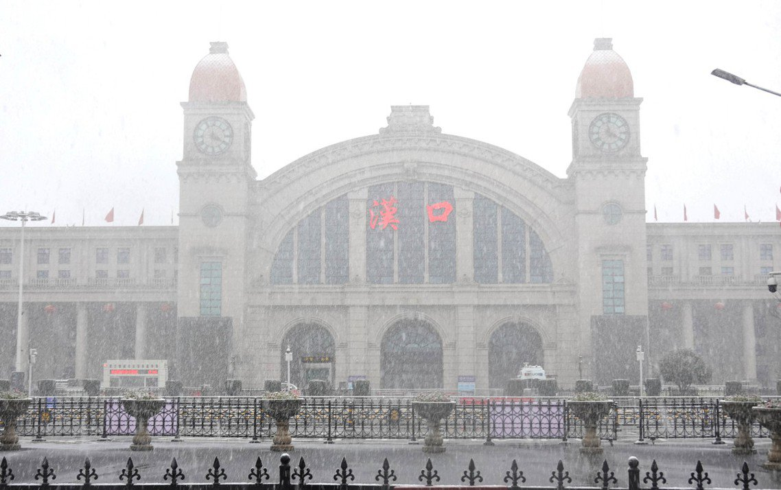 2月16日,武漢漢口火車站在大雪中,一片空蕩。 圖/新華社