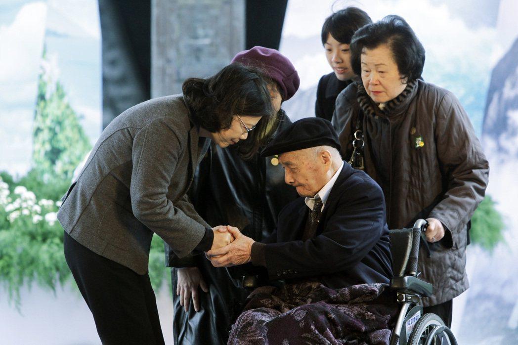 總統蔡英文於二二八事件70周年紀念儀式向事件受難者致意。攝於2017年。 圖/美聯社