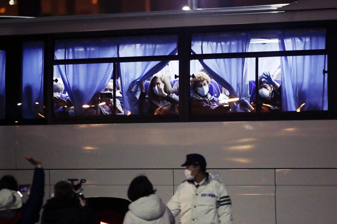圖為16日晚間,從鑽石公主號上撤離的美國乘客團。 圖/美聯社