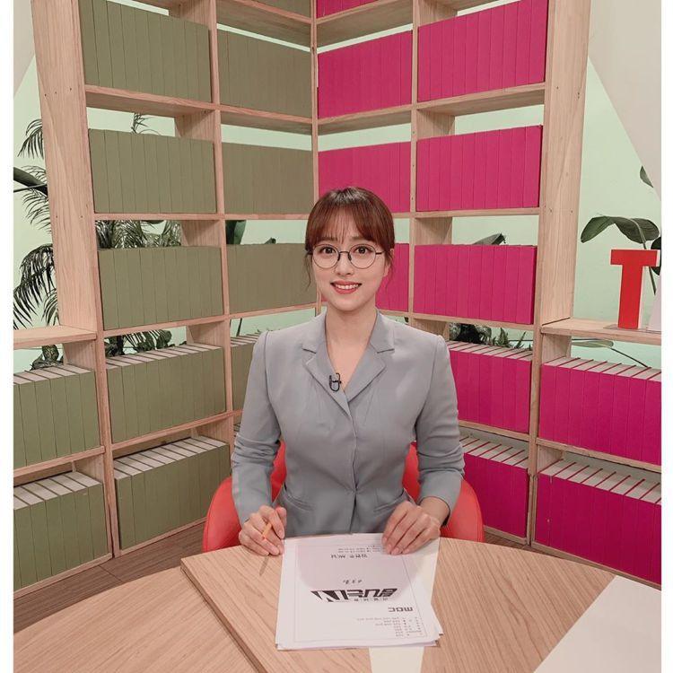 南韓正妹主播林賢珠,曾打破女性必須戴隱形眼鏡播報的規定,挑戰戴眼鏡播報新聞。圖/...