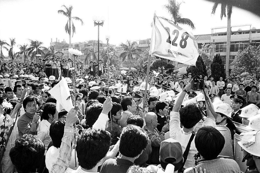 陳永興、鄭南榕在1987年發起「二二八公義和平運動」,呼籲政府正視歷史真相。 圖/取自二二八國家紀念館粉絲專頁