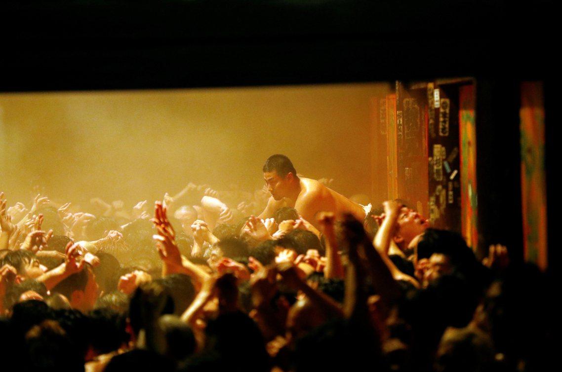 肌肉汗水噴灑、飛沫與肌膚密集接觸的場面,裸祭的參加者之所以肉體露出度這麼高,是因...