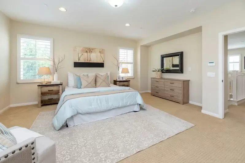 傳統式的床頭櫃,雖然看起來笨重,但用途實際,又能增加房間的整體沈穩感。 圖/摘自...