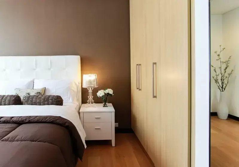 床頭櫃的擺放,不只考慮實用性,更重要是色彩及材質的搭配。 圖/摘自 pexels