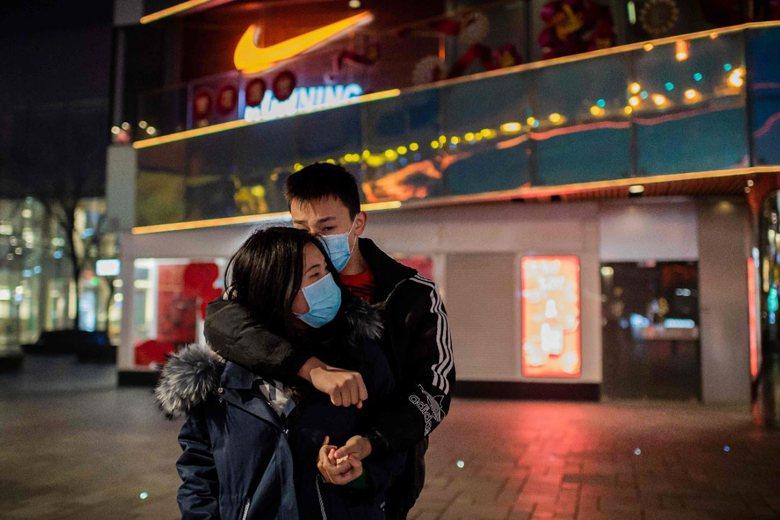 源自於中國武漢的COVID-19疫情越演越烈,不僅衝擊日常民生活動,更影響中國甚至全球企業的營運與收益。圖為1月28日,北京一處商店前。 圖/法新社