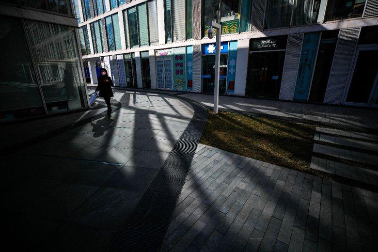 2月17日,北京一處商業大樓因疫情擴散而停業。 圖/美聯社