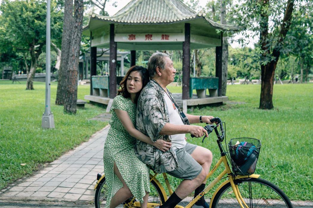 丁強(右)與尹馨在「九孬」中詮釋獨居老兵與歌女的「黃昏之戀」故事。圖/公視提供