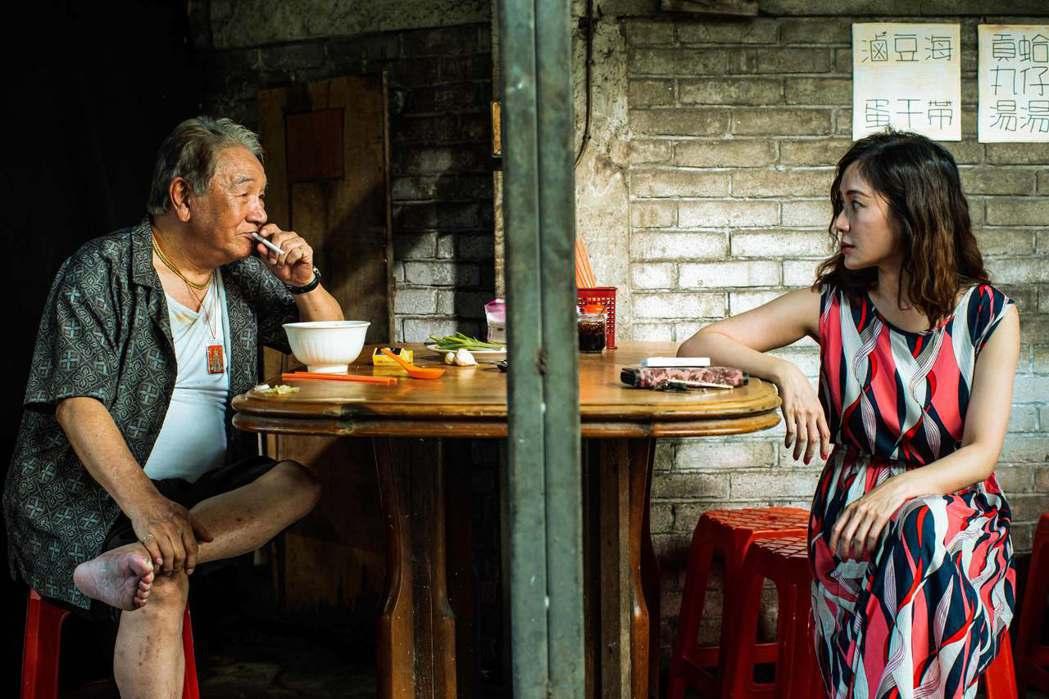 丁強(左)與尹馨在「九孬」中詮釋獨居老兵與歌女的「黃昏之戀」故事。圖/公視提供