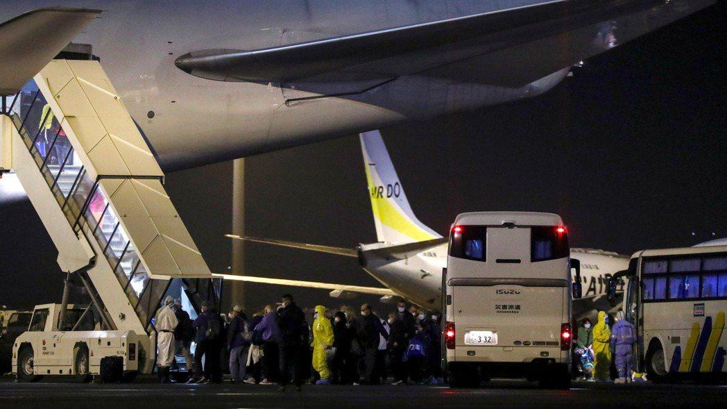由鑽石公主號撤出的旅客登上包機。   (路透)