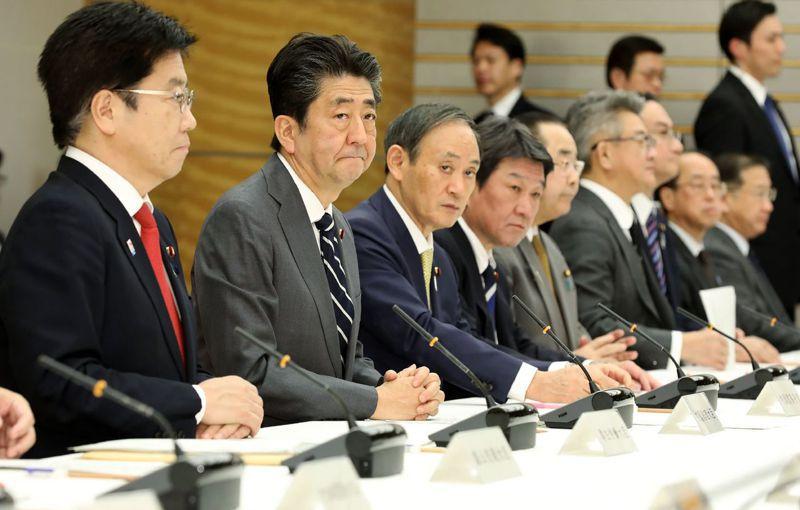 日本疫情進入「擴大感染的初期階段」,圖為日本首相安倍晉三(左二)和厚生勞動省大臣加藤勝信(左二)14日參加疫情對策總部會議。法新社