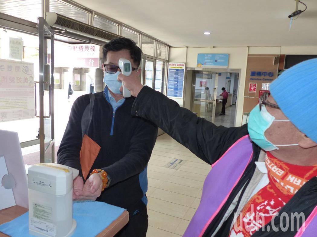彰化縣政府對於防疫十分積極,月初就針對進入縣府的人員一律量測體溫,還準備酒精供消...