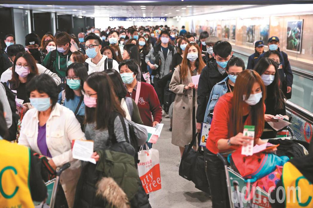 受新冠肺炎疫情影響,民航局統計,近一周兩岸及港澳航班取消都已超過八成,和去年12...