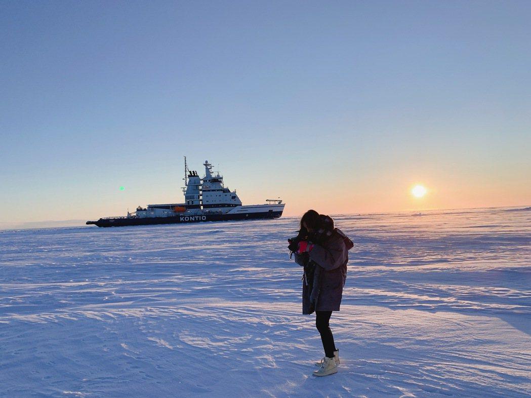 凱希踩在芬蘭冰河上。圖/時代創藝提供