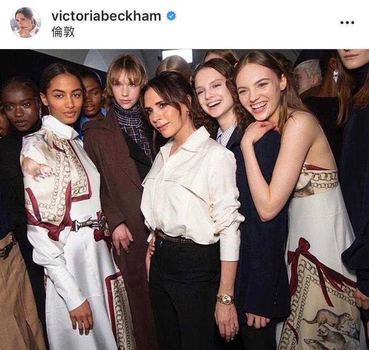 設計師維多莉亞貝克漢在倫敦發表最新一季的時裝秀。圖/取自IG @victoria...