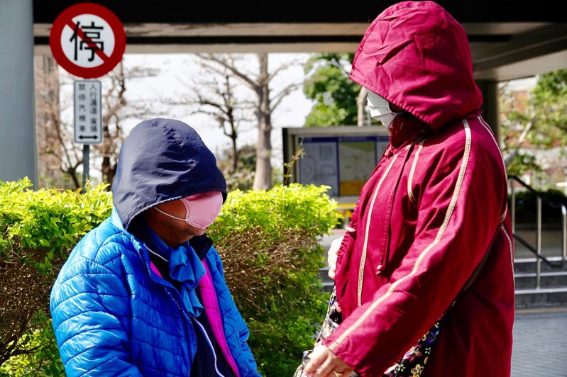 圖為民眾外出不忘戴口罩。記者林伯東/攝影