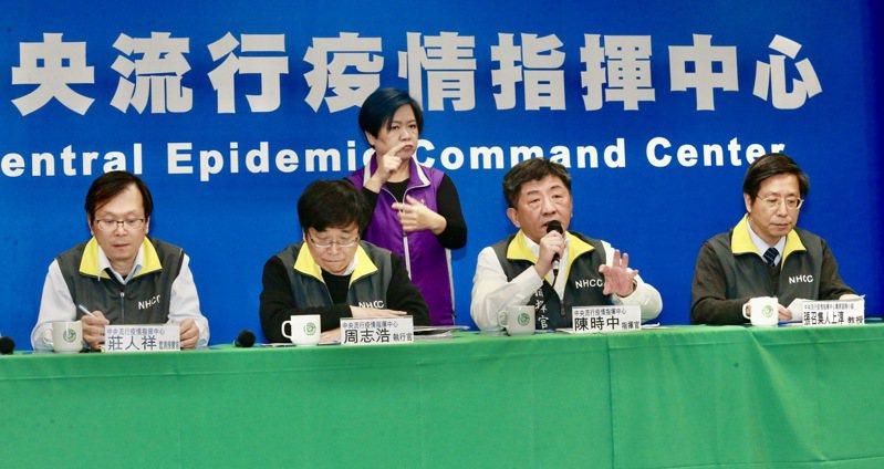 中央流行疫情指揮中心指揮官陳時中(右二)、執行長周志浩(左一)、專家諮詢小組召集人張上淳(右一)、監測應變官莊人祥(左一),昨天一同出席在疾管署舉行例行疫情記者會。本報資料照片