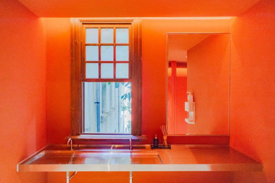 新竹市政府改造新竹州廳2間廁所,一改過去老舊潮濕,溫暖燈光與磚紅色牆面有如藝展空間。圖/新竹市府提供