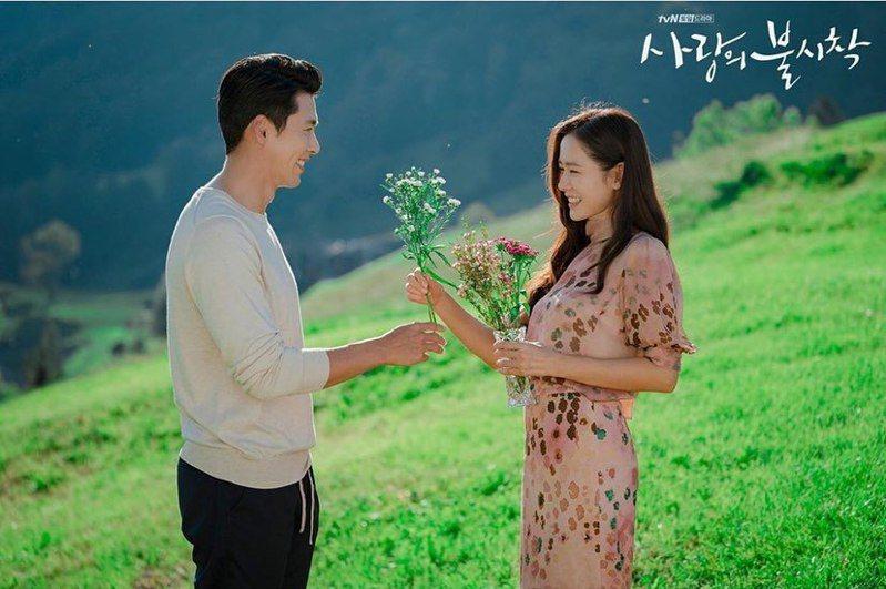 「愛的迫降」大結局,孫藝真(右)與玄彬相遇。圖/摘自tvN IG