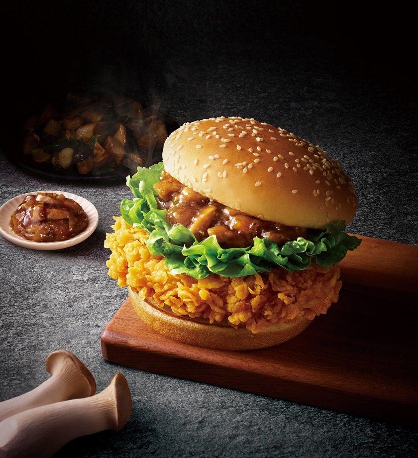 肯德基將三杯雞包進漢堡裡,推出熱炒三杯咔啦雞腿堡。圖/肯德基提供