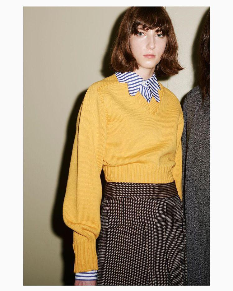 飽和色調的毛衣內搭領片造型特殊的襯衫,在銳利的姿態中保留溫暖可愛的氣息。圖/摘自...