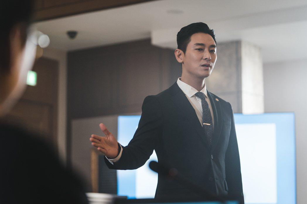 朱智勛新戲用西裝造型施展魅力。圖/Netflix提供