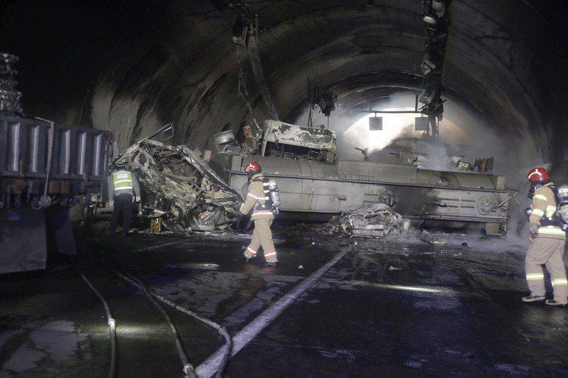 南韓西南部全羅北道南原一條高速公路17日發生連環車禍,載硝酸的化學卡車翻覆起火,消防員正在現場滅火。(美聯社)