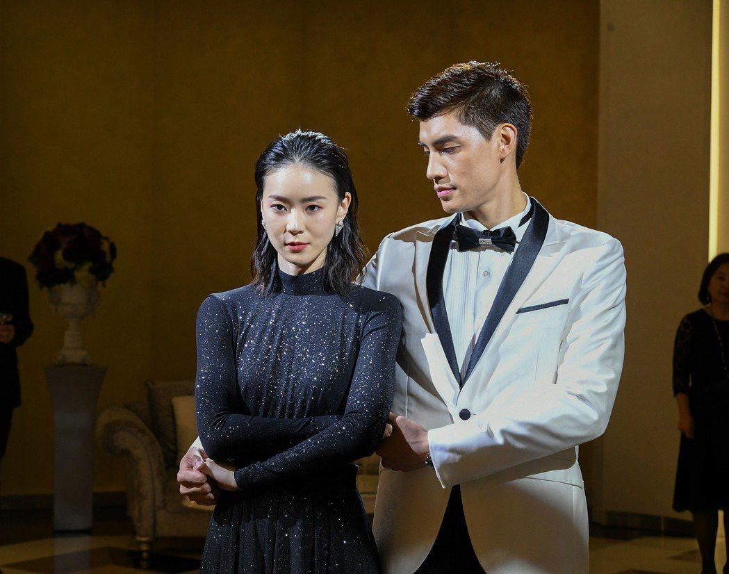 羅宏正(右)與鍾瑶在「跟鯊魚接吻」中粉紅泡泡滿天飛。圖/三立提供