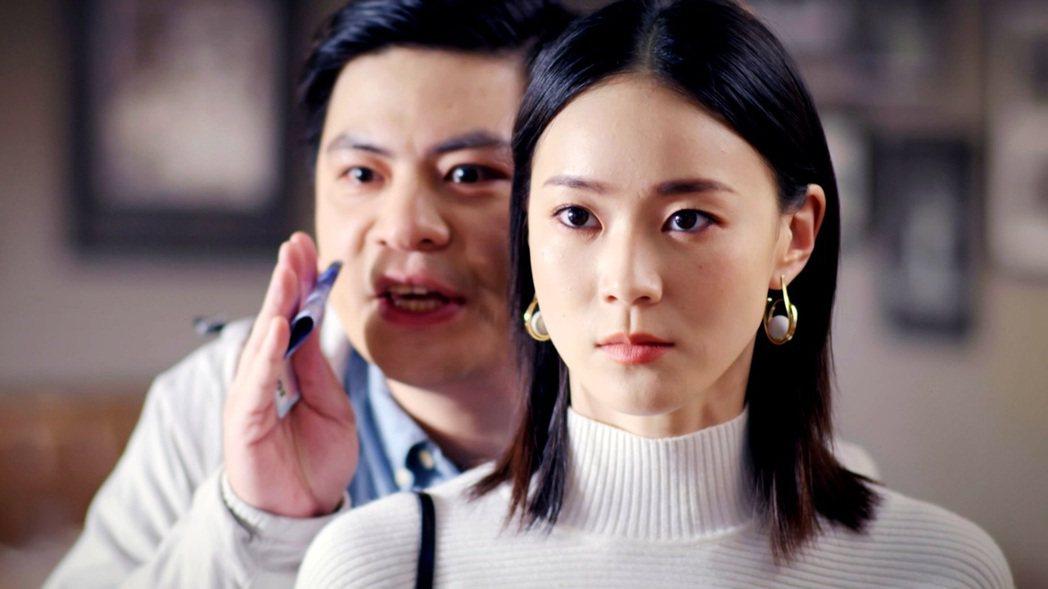 鍾瑶(前)劇中揮桿砸瓷器。圖/台視提供