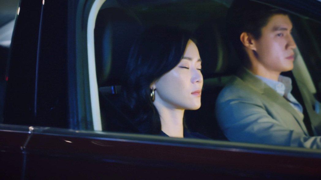 羅宏正(後)劇中帶鍾瑶遊車河。圖/台視提供